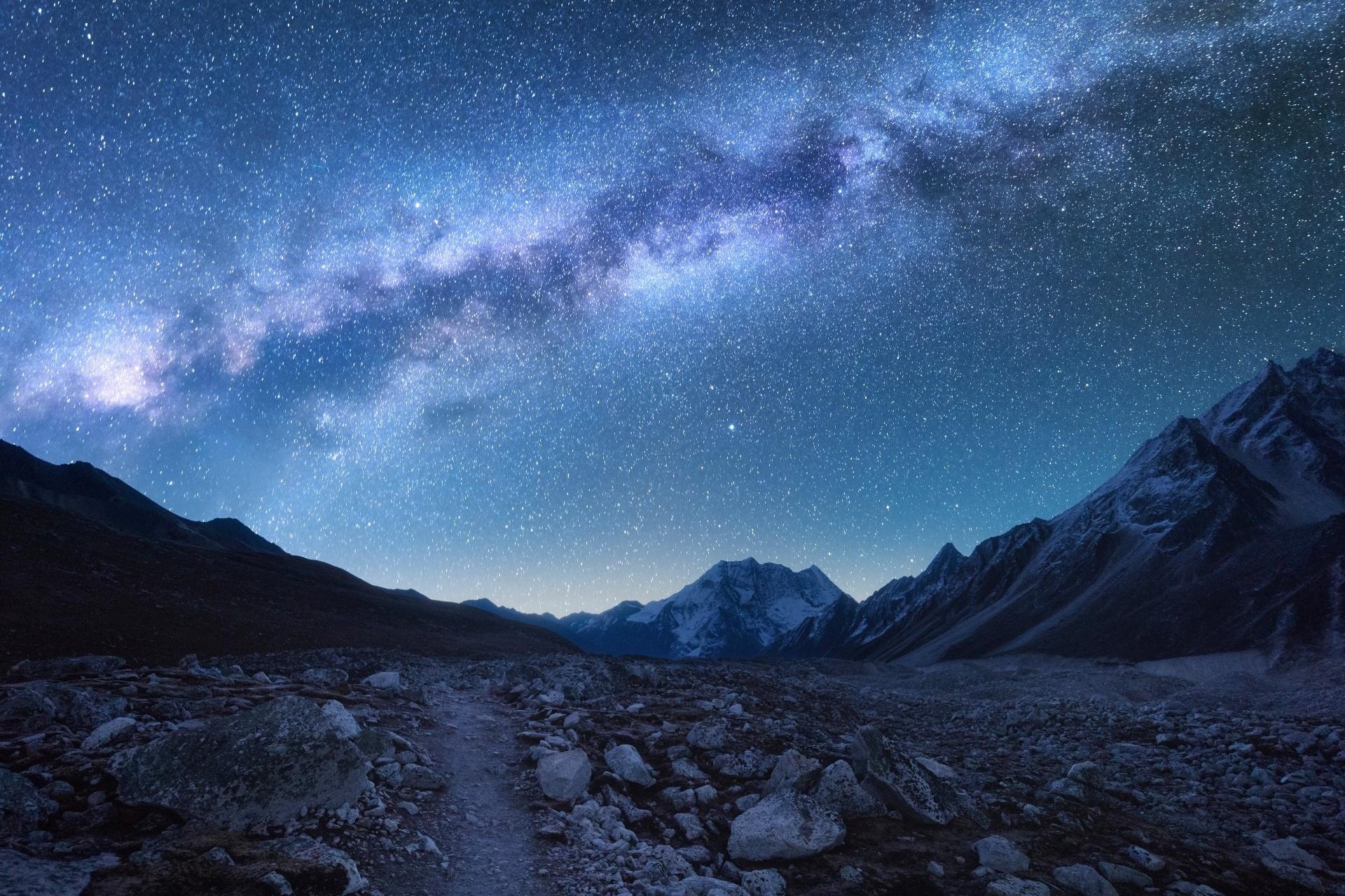 ネパールの山々と星空 幻想的な風景