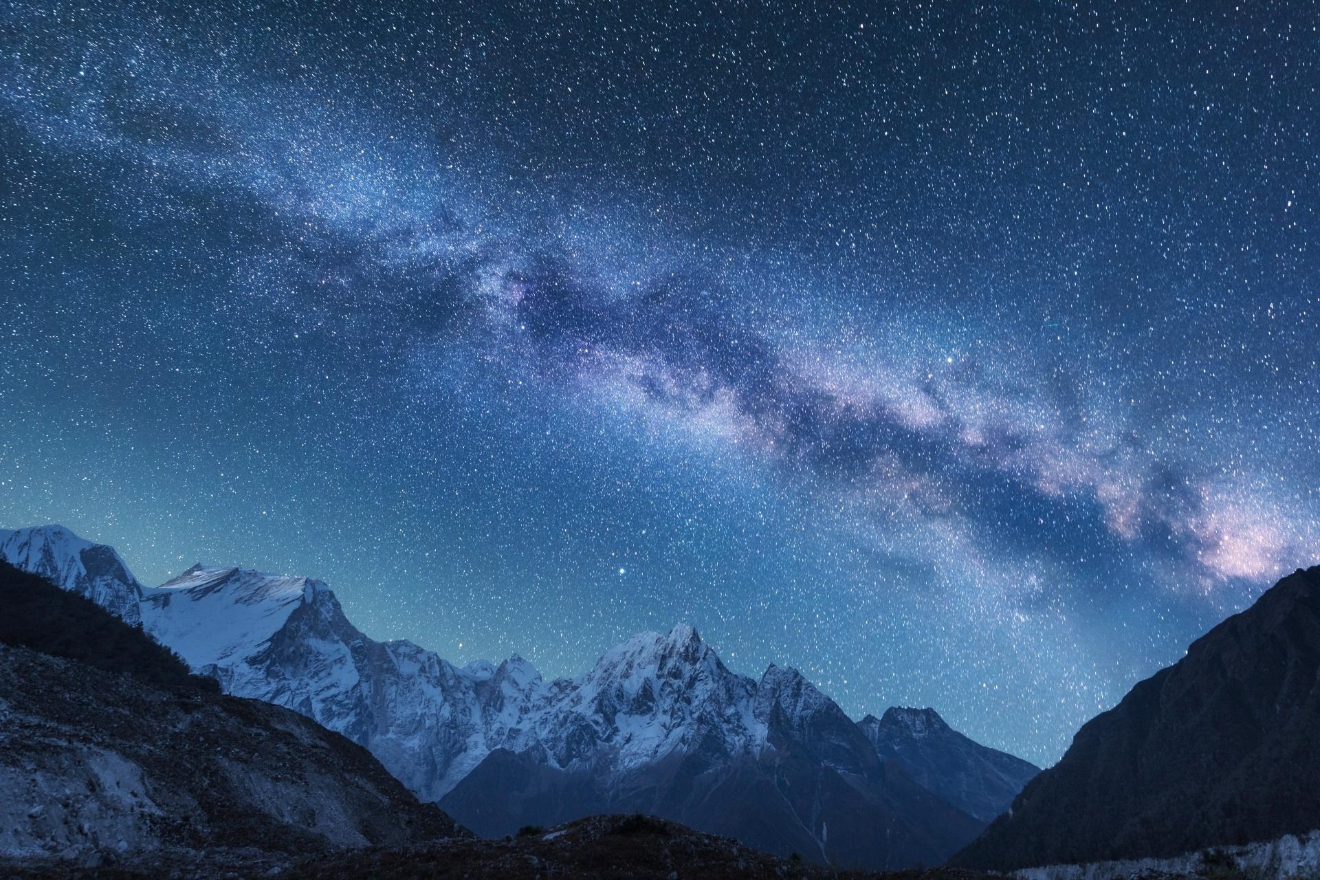 満天の星空とヒマラヤの峰々