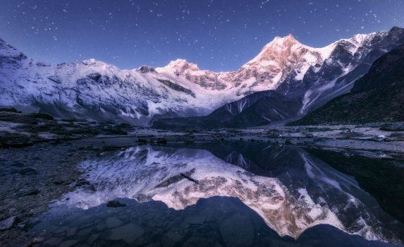 夜のヒマラヤ山脈と湖