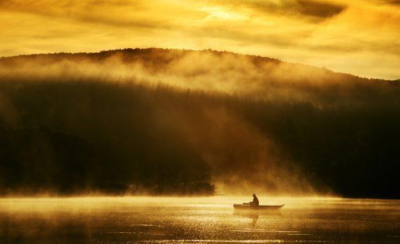 早朝の湖 黄金の風景