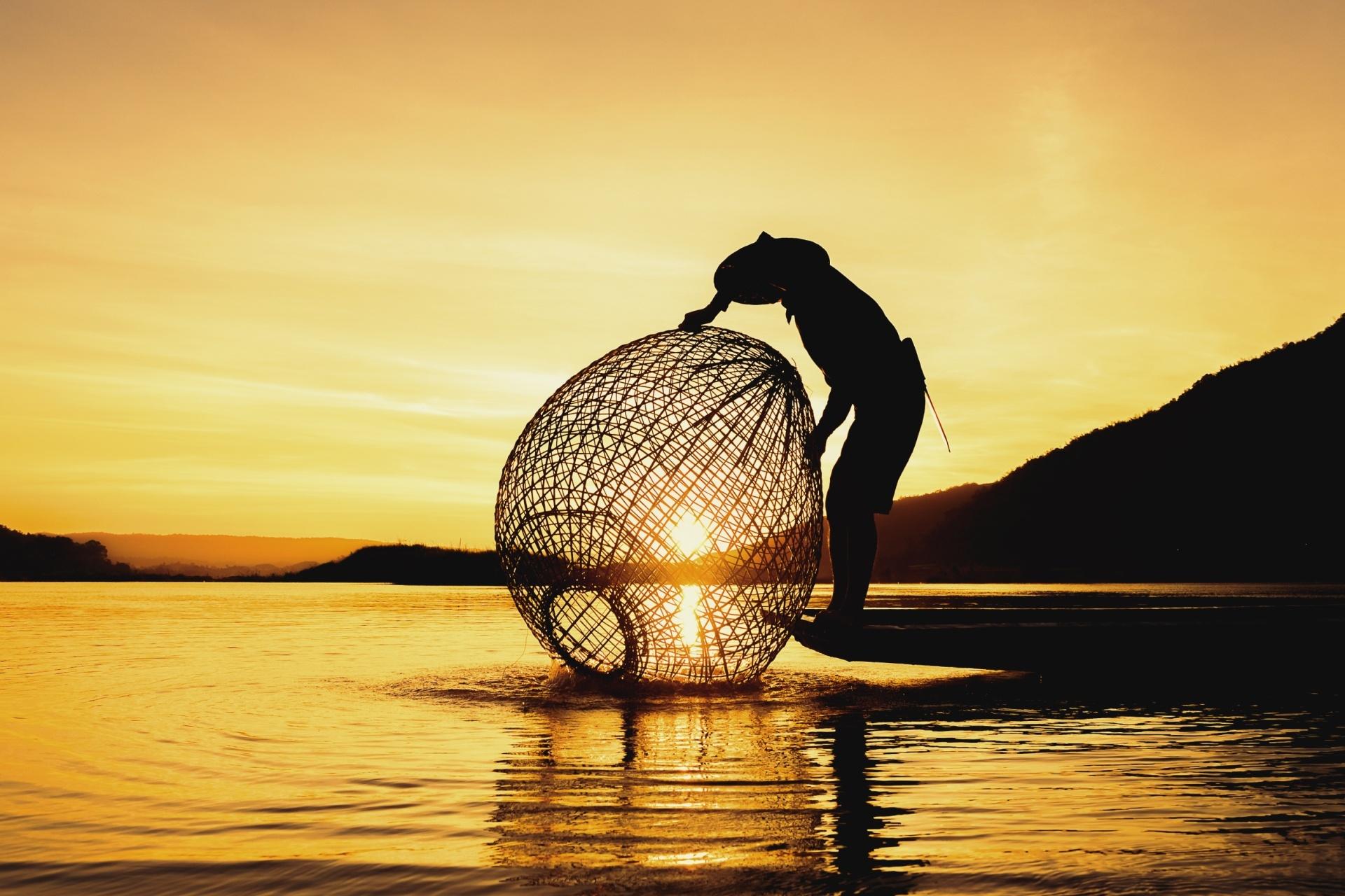 メコン川と朝日と漁師