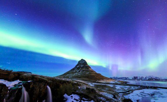 アイスランド カークワフェル山とオーロラ
