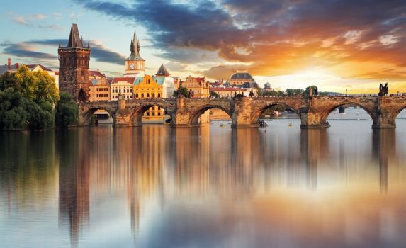 チェコ プラハ 夕暮れのカレル橋 チェコの風景