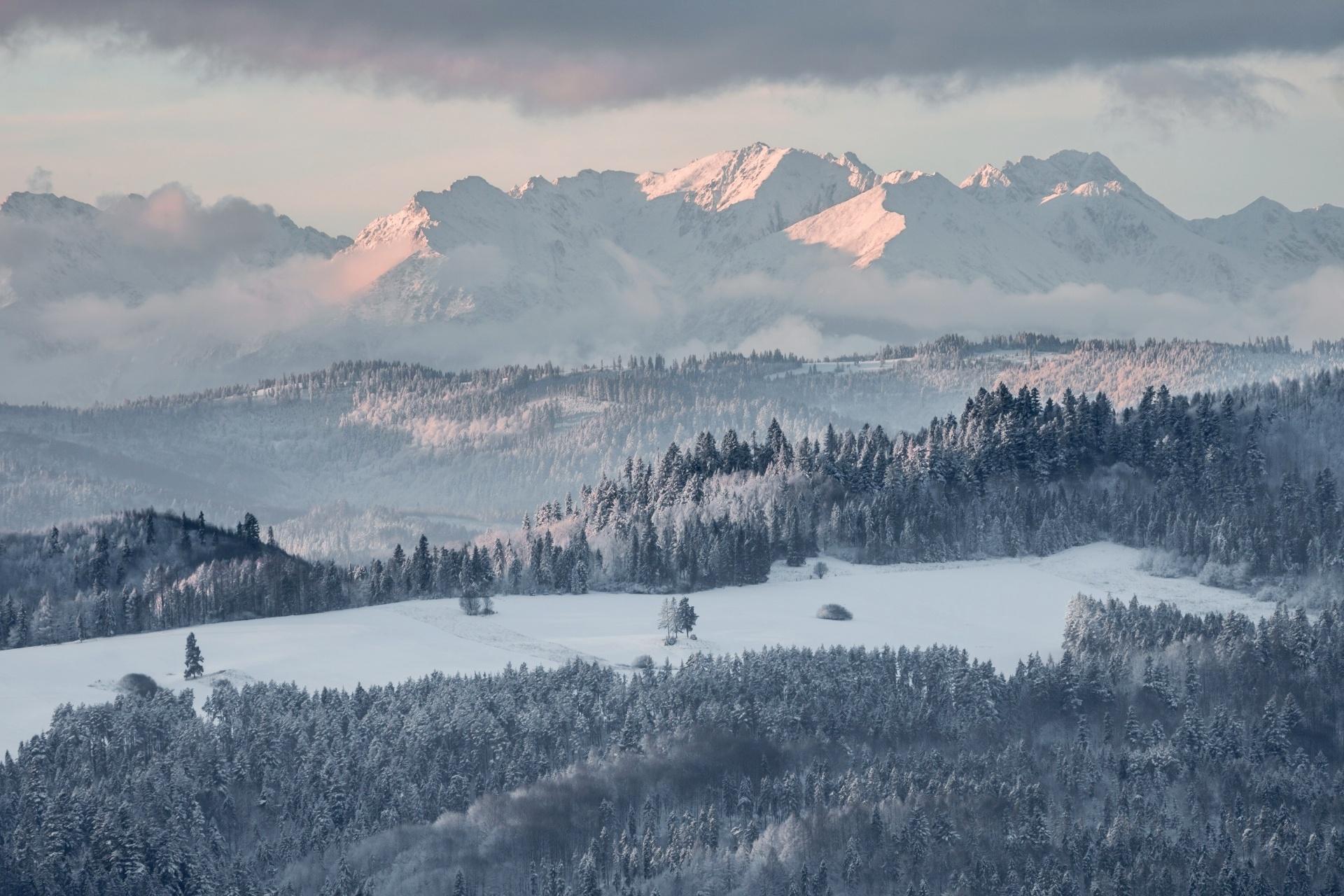 タトラ山脈 雪の朝のパノラマ風景