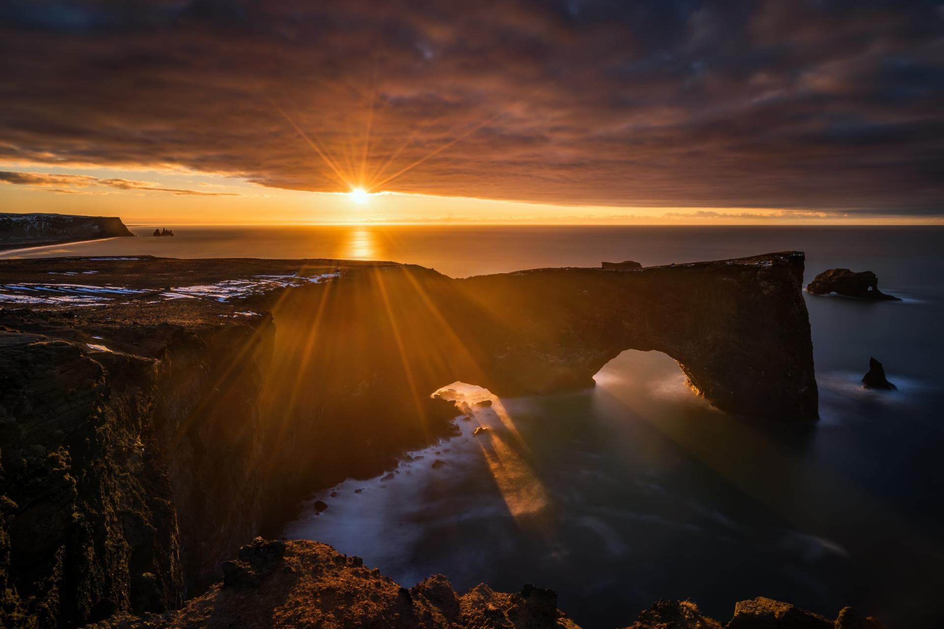 ディルホゥラエイの日の出の風景  アイスランドの風景