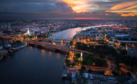 チャオプラヤ川と雲の向こうに沈みゆく夕日