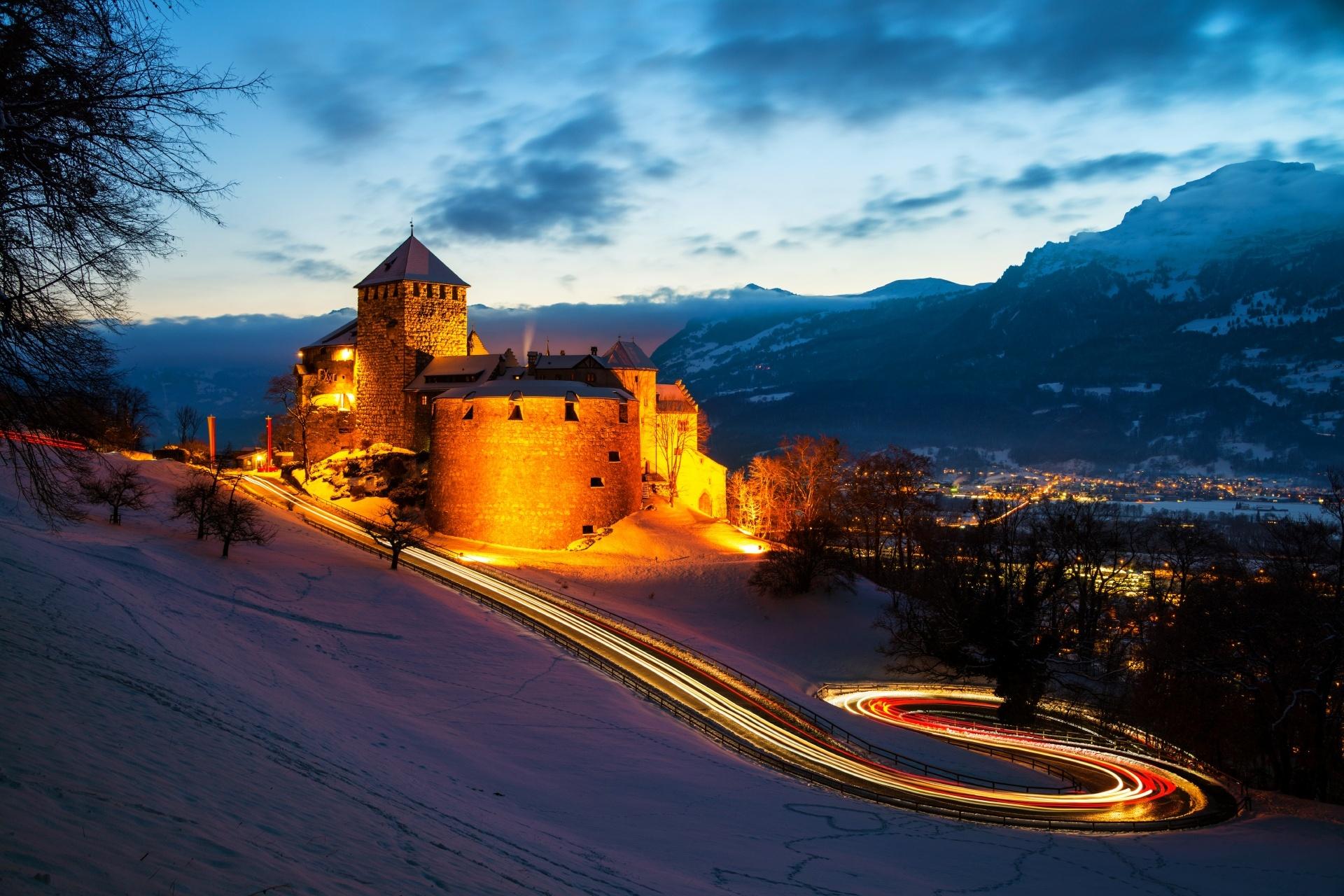 夜のファドゥーツ城 リヒテンシュタインの風景