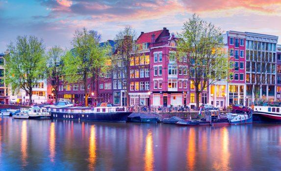 アムステルダム 夕暮れ時の運河の風景