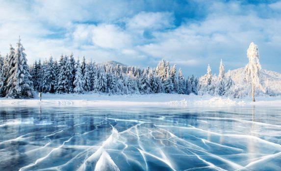 凍結した湖のブルーアイス