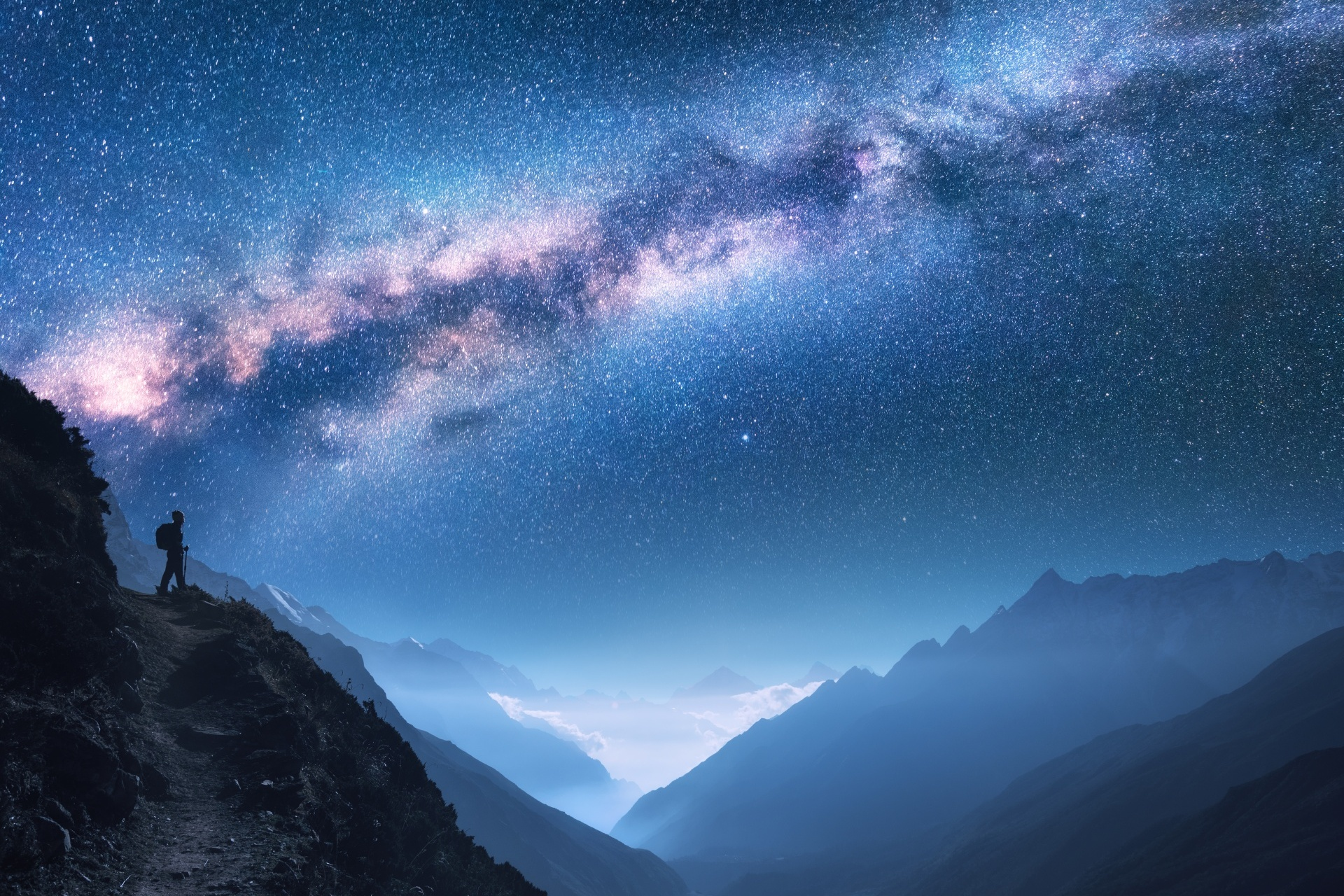 ネパールの夜 天の川と山々とトレッキングルート