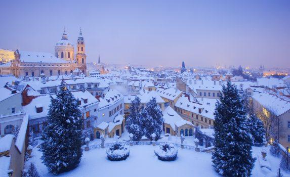 雪のプラハ 聖ニコラス教会とマラー・ストラナの風景