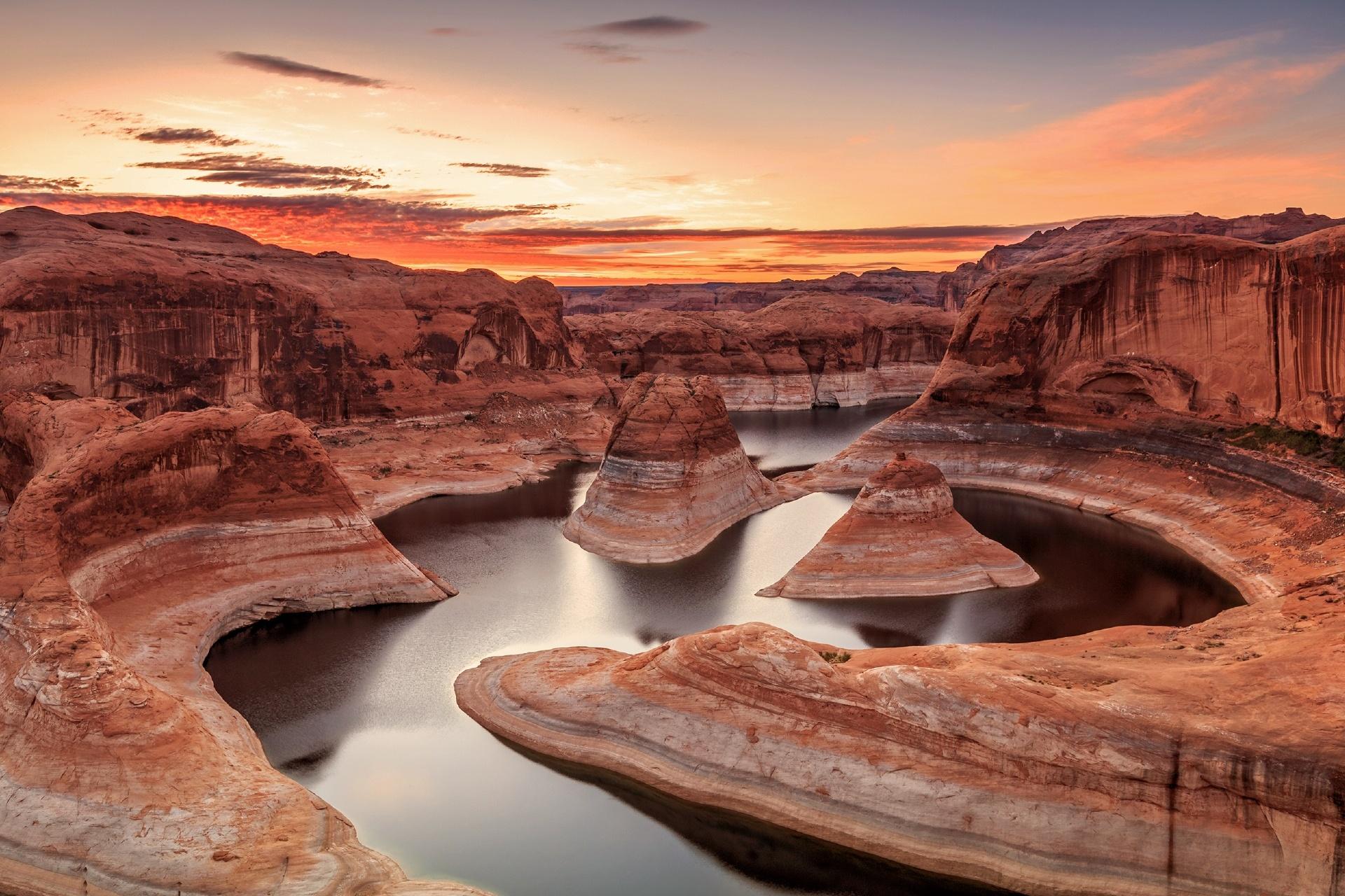 ユタ州 パウエル湖の朝焼け アメリカの風景