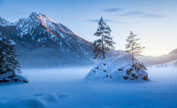 ドイツ バイエルンの美しい冬の山の風景