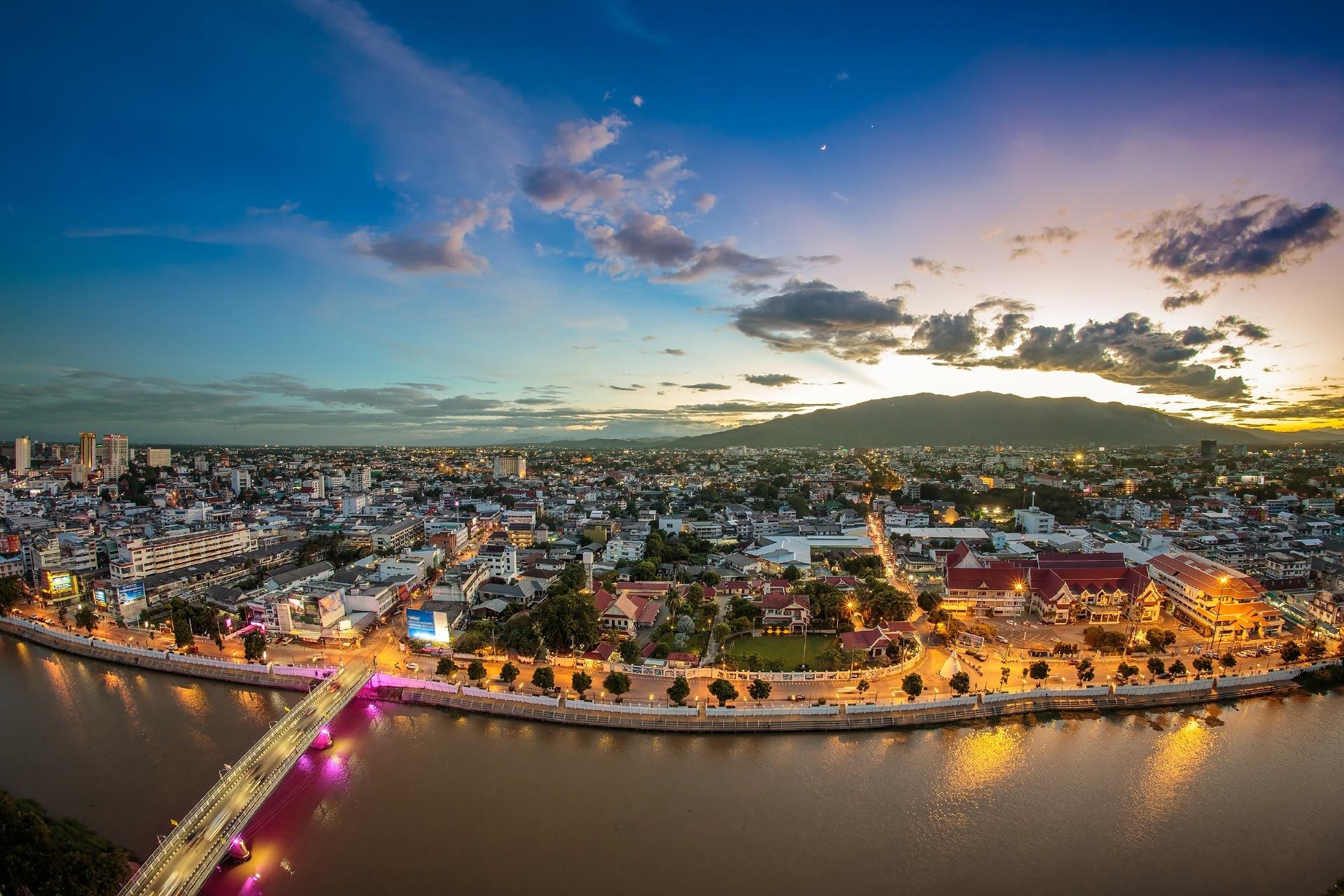 夕暮れのチェンマイの街並み タイの風景