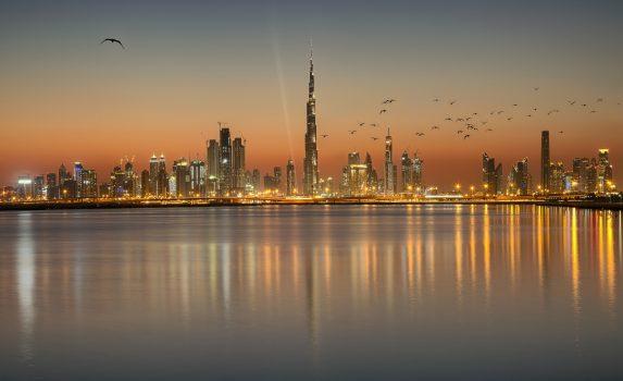 夕方のドバイのスカイライン アラブ首長国連邦の風景
