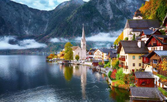 霧の秋の日のハルシュタット村 オーストリアの風景