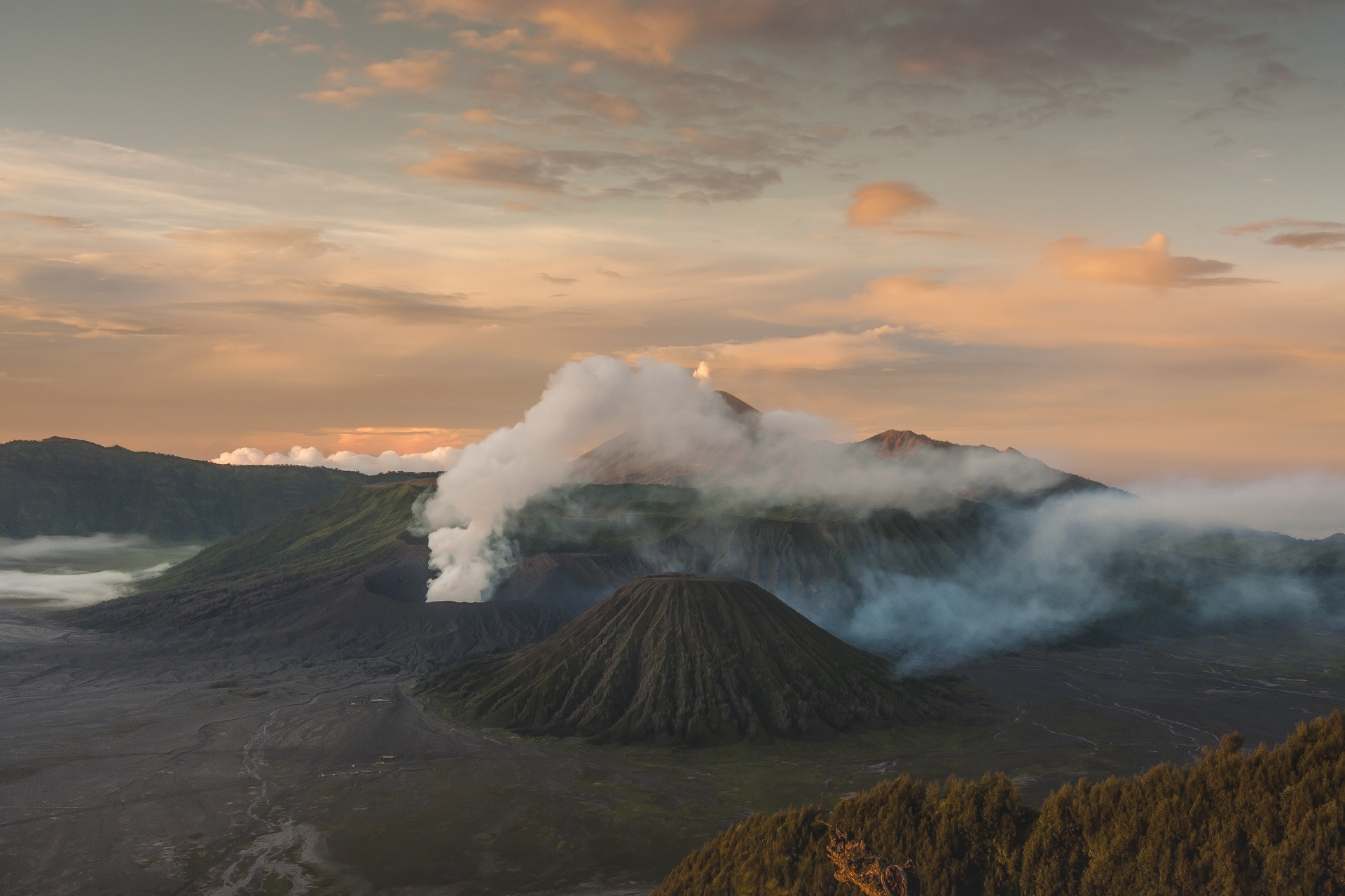 マウントブロモ国立公園 東ジャワ インドネシアの風景