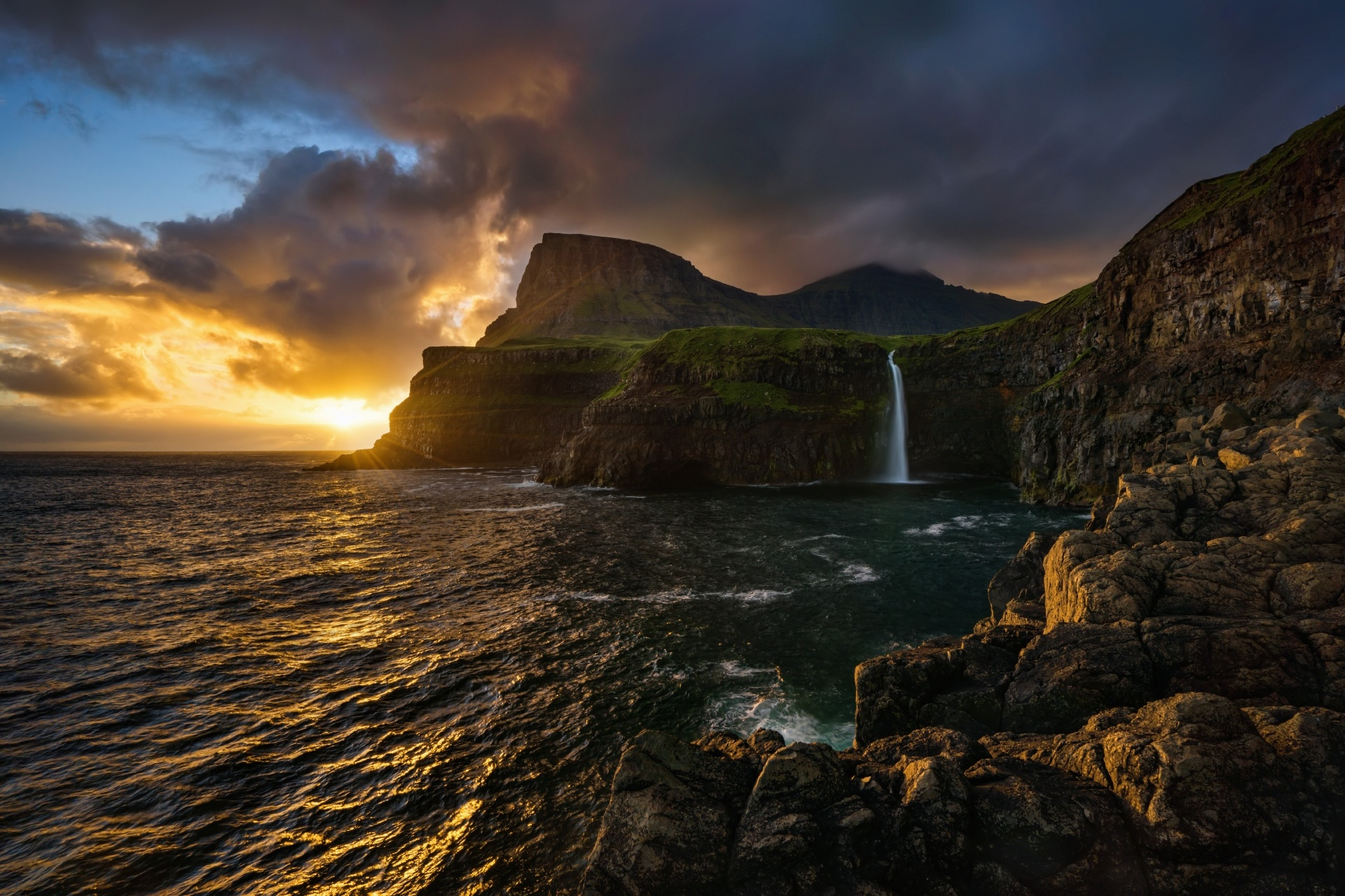 フェロー諸島 ヴォーアル島の夕焼け