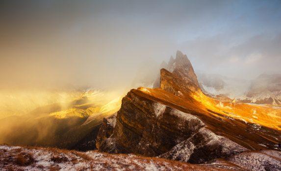 雲と美しい日の入りの風景 セチェダ・ピーク イタリア ドロミテ オドレ山脈