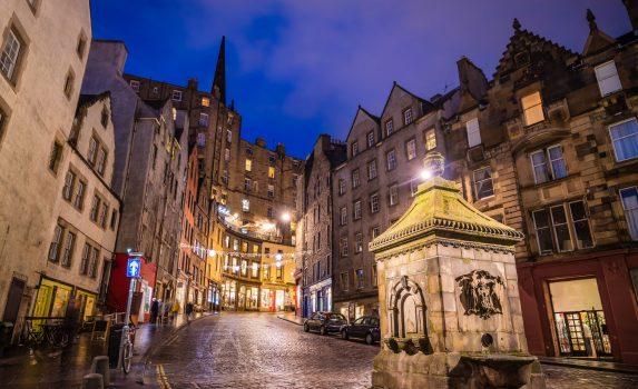 スコットランド エジンバラの歴史的な旧市街の通りの風景