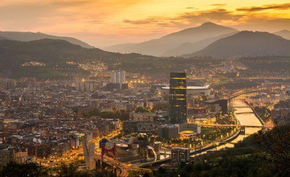 日の出のビルバオの町並み スペインの風景
