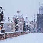 冬のカレル橋 雪の朝 プラハ、チェコ