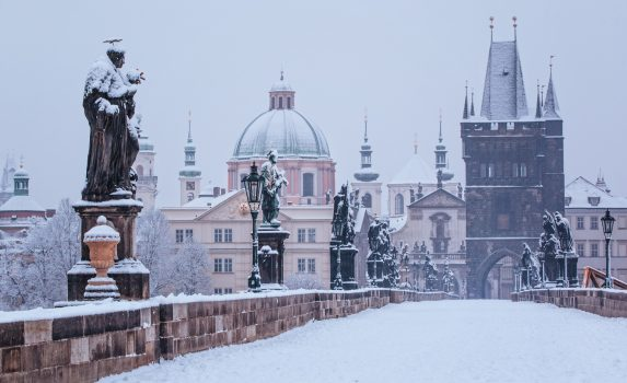 冬のカレル橋 雪の朝 プラハ チェコの風景