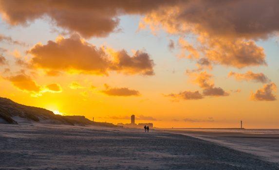 ベルギー オーステンデ  日没の北海の浜辺の風景 ベルギーの風景