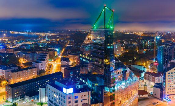 イルミネーションに彩られる高層ビルと夜のタリンの町並み エストニアの風景
