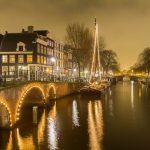 夜のアムステルダム 運河と橋の風景