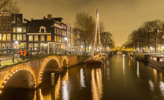 夜のアムステルダム 運河と橋の風景 オランダの風景