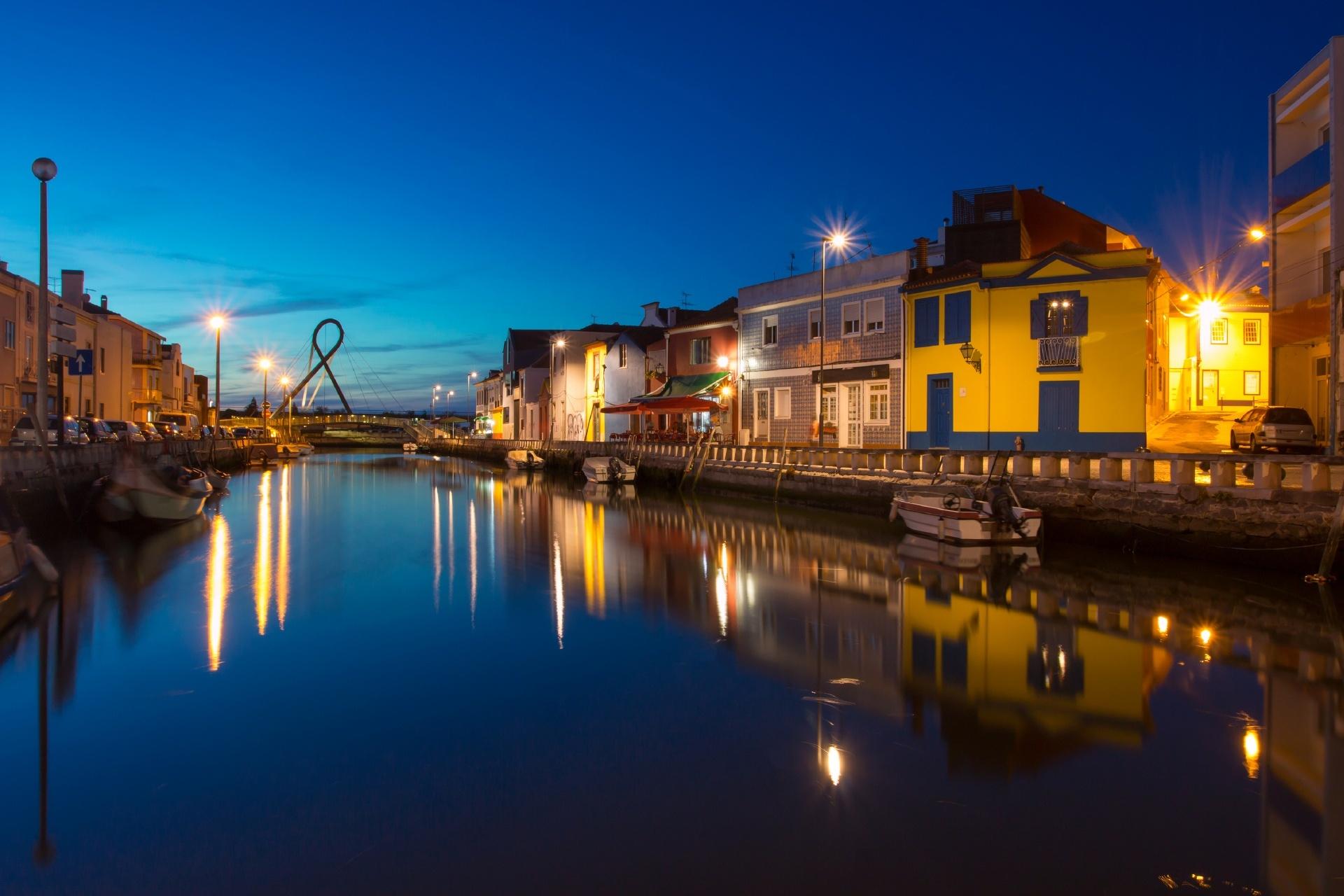 アヴェイロの運河と夜の風景 ポルトガルの風景
