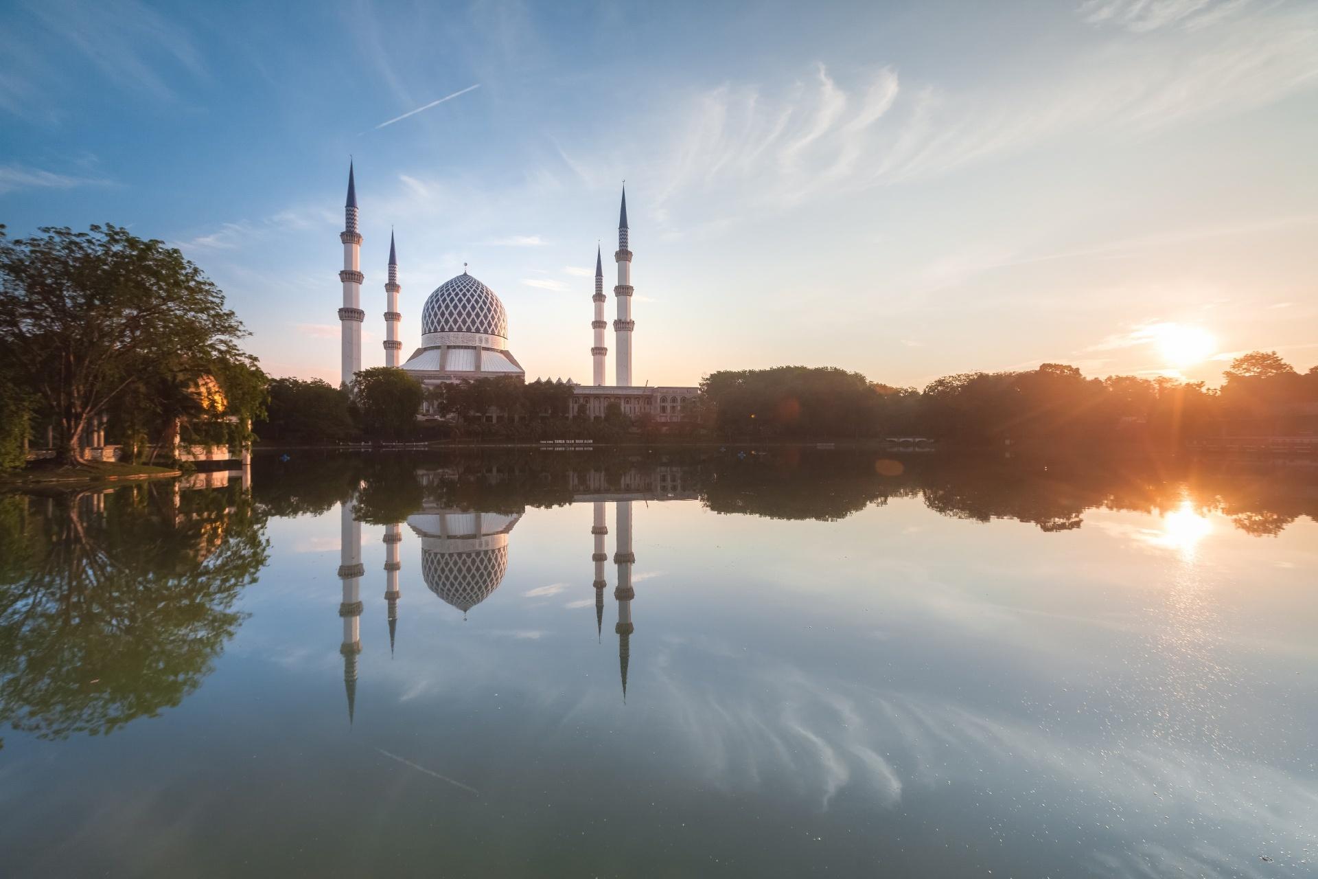 マレーシア、シャー・アラムの湖畔の穏やかなモスクの美しい日の出の眺め