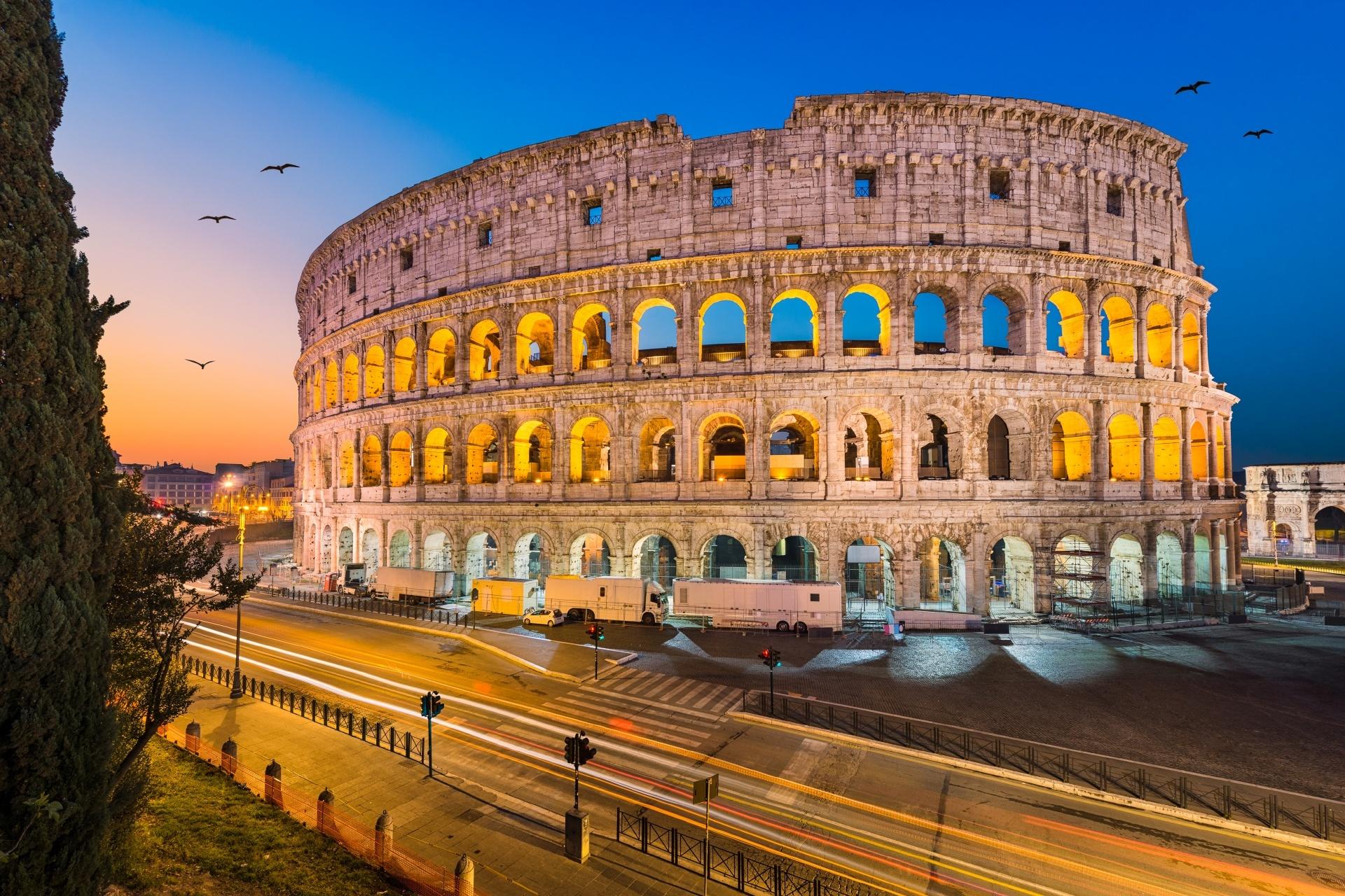 ローマ 夕暮れのコロッセオの風景 イタリアの風景