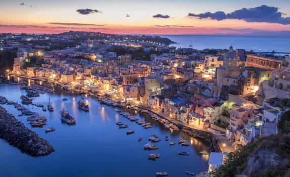 夕暮れのプローチダ島 コッリチェッラ イタリアの風景
