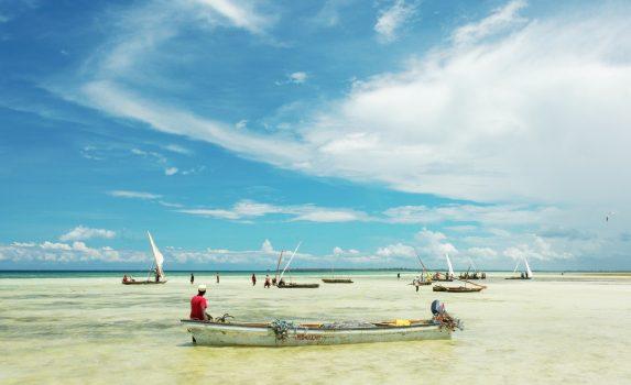 インド洋に浮かぶ木造フィッシャーボート タンザニアの風景