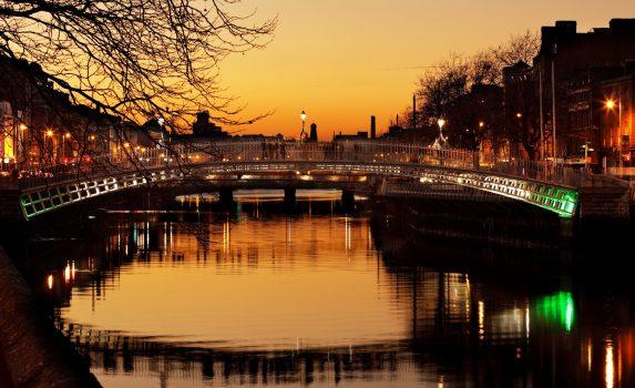 夕暮れのダブリン ハーフペニー橋とリフィー川 アイルランドの風景