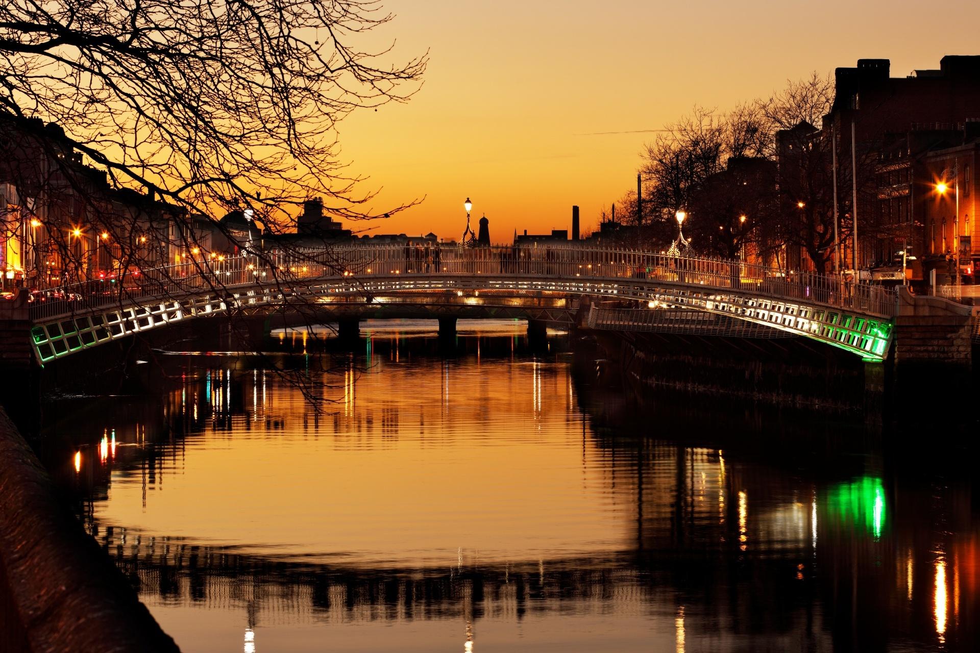 夕暮れのダブリン ハーフペニー橋とリフィー川