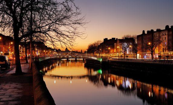 冬のダブリン 黄昏の風景 ハーフペニーブリッジとリフィー川 アイルランドの風景