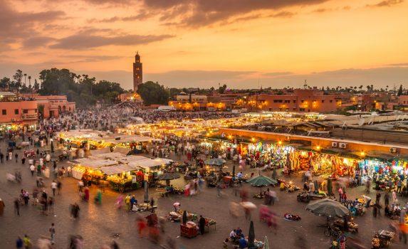 モロッコ マラケシュ ジャマ・エル・フナ広場の夕暮れの風景