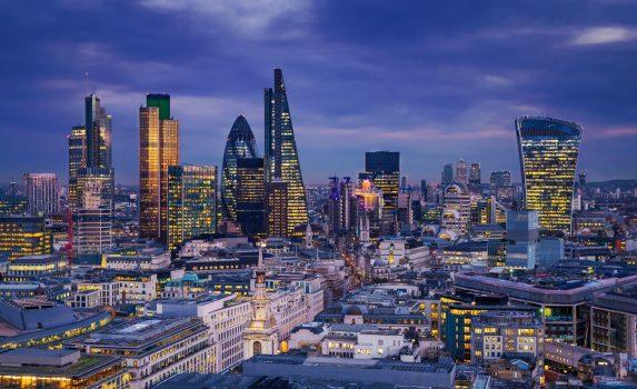 夕暮れのシティ・オブ・ロンドンとカナリーワーフの高層ビル群 イギリスの風景