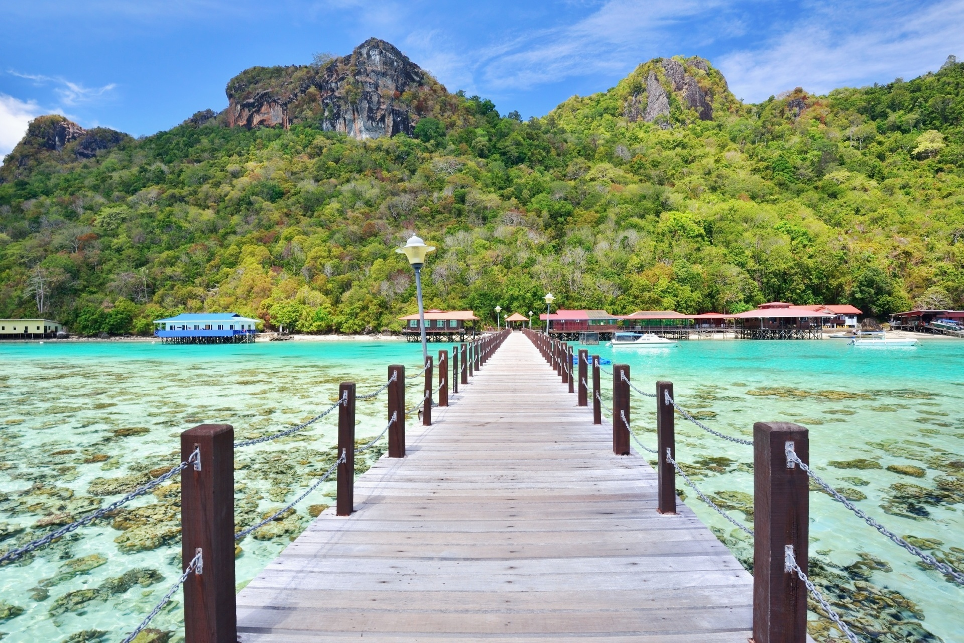マレーシア サバ州 ボヘイ・ドゥラン島に向かう長い木製の桟橋