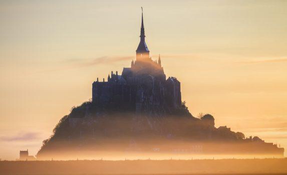 日の出のモン・サン=ミシェル ノルマンディ フランスの風景