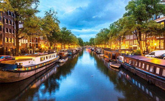 アムステルダム 夜の運河の風景 オランダの風景