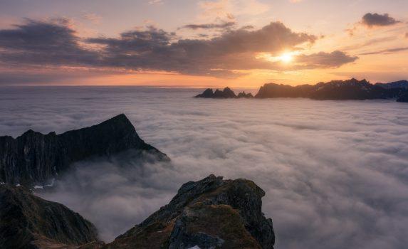 夏のセンジャ島と雲海の風景 ノルウェーの風景
