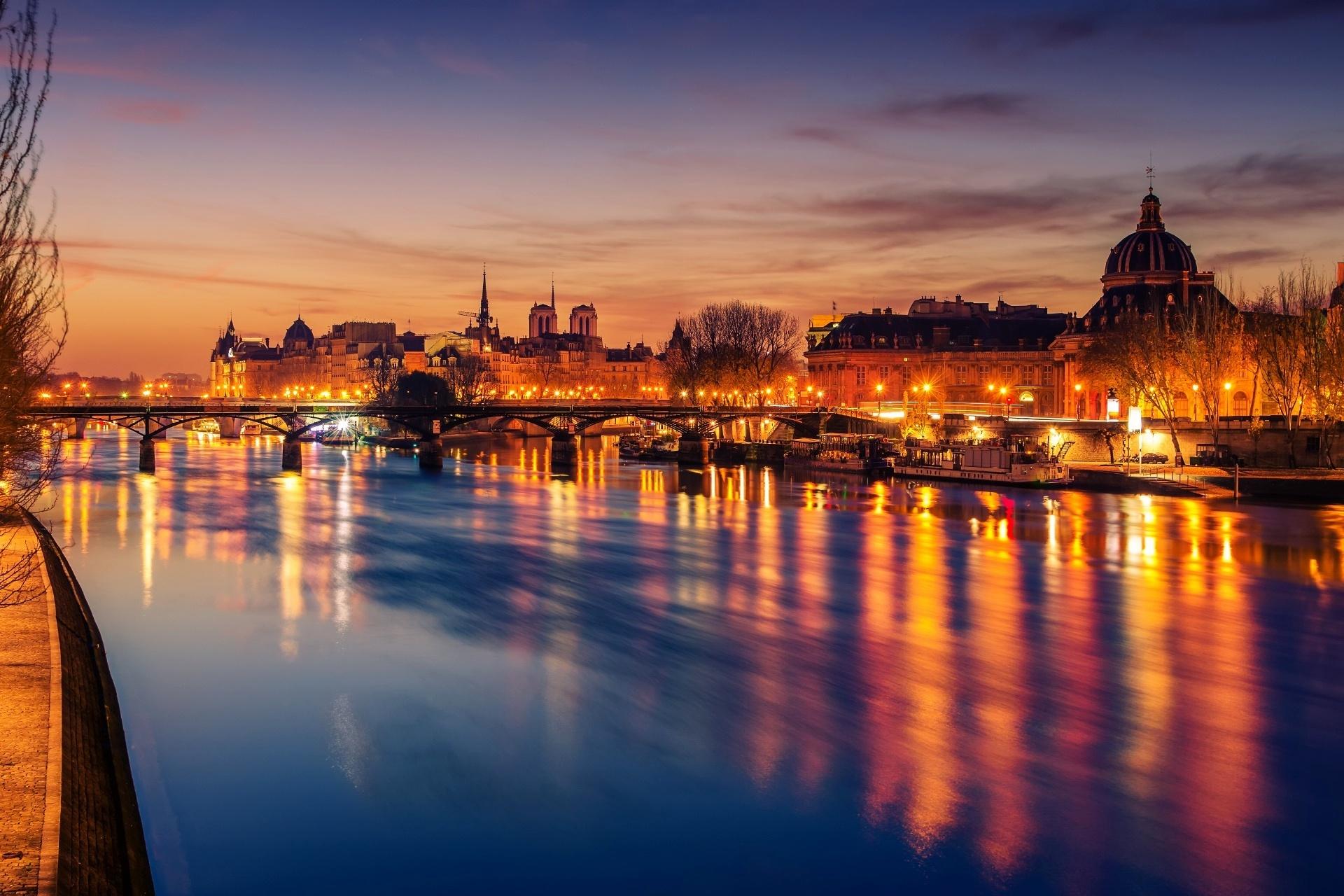 フランス パリ セーヌ川と旧市街 フランスの冬の美しい日の出の風景