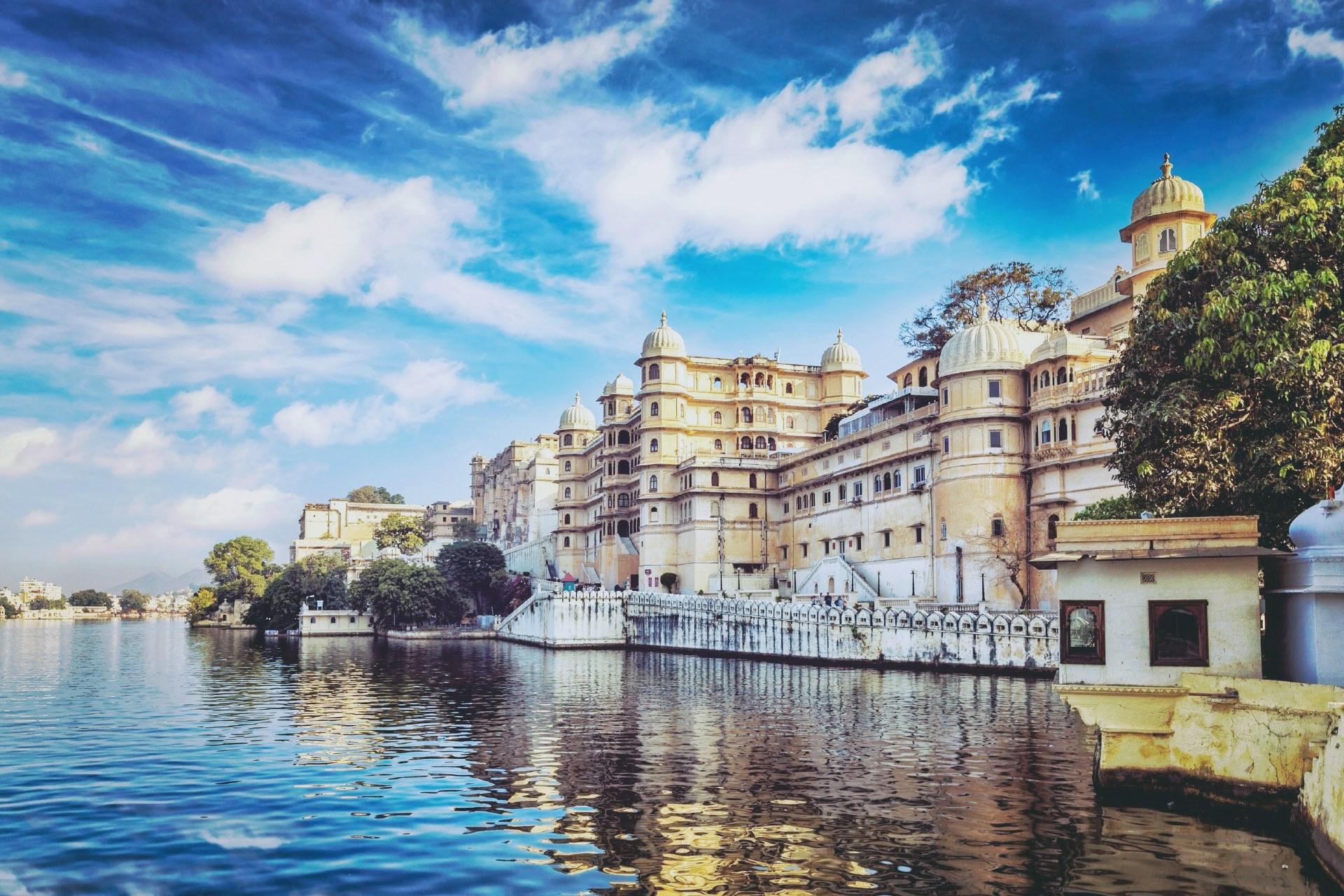 マハーラーナー宮殿とピチョーラー湖 インドの風景
