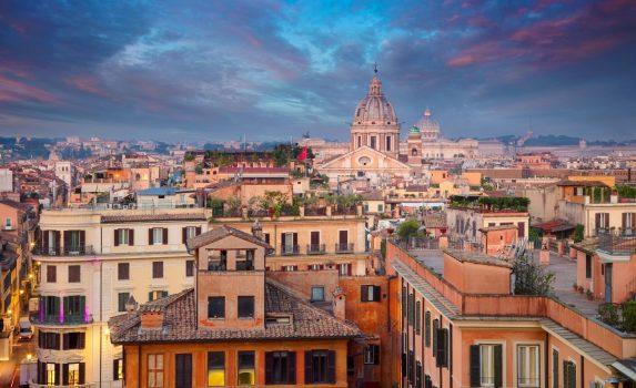 早朝のローマの町並み イタリアの風景