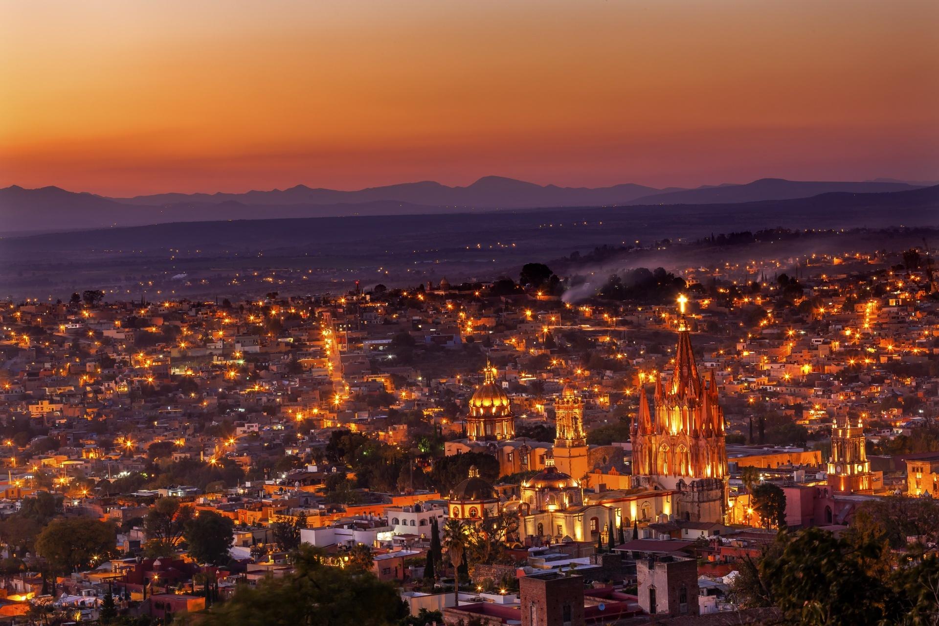 ライトアップされたパロキア教会とサン・ミゲル・デ・アジェンデの町並み メキシコの風景