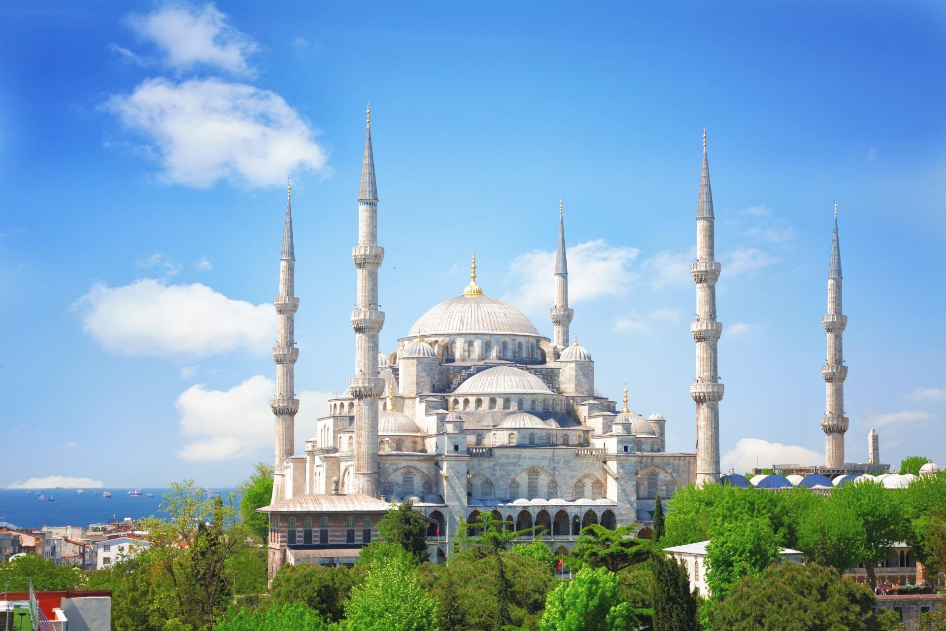 晴れた夏の日のスルタンアフメト・モスク(ブルー・モスク) イスタンブール トルコの風景